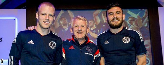 Robert Snodgrass with Scotland manager Gordon Strachan and team-mate Steven Naismith
