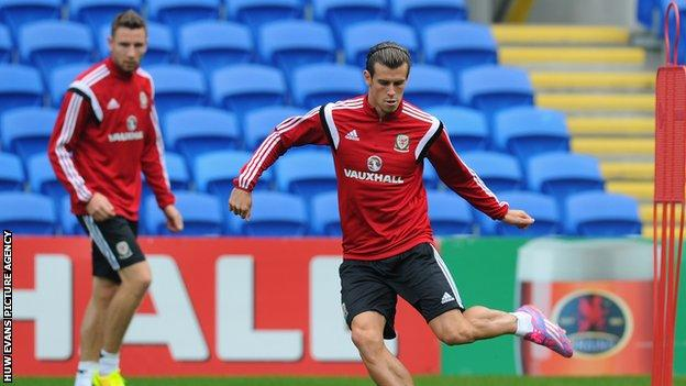 Paul Dummett (L) watches Real Madrid's Gareth Bale (R) during a Wales training session