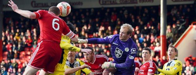 Mark Reynolds heads in Aberdeen's third and his third goal of the season