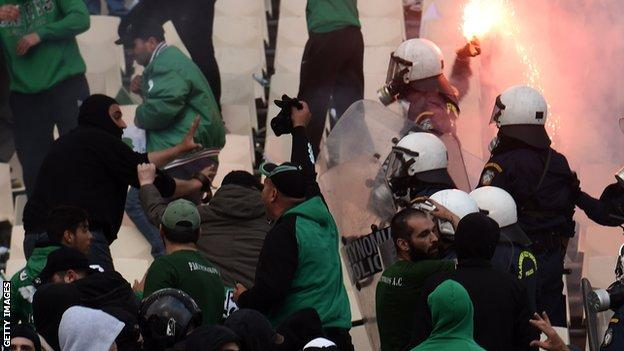 Panathinaikos fans clash with police