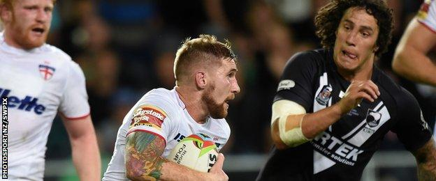 Sam Tomkins chased by Kevin Proctor