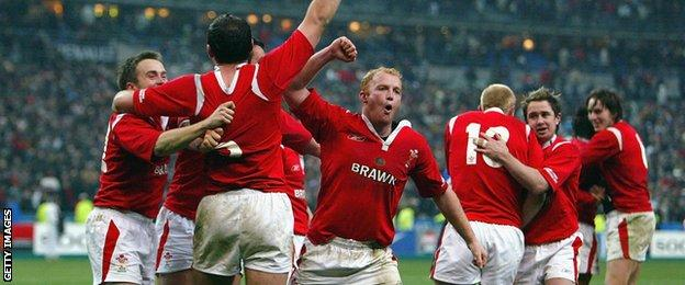 Wales celebrate their win over France in Paris in 2005