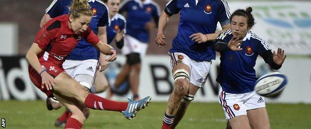 Elinor Snowsill kicks the ball against France