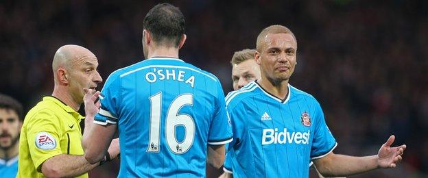 Wes Brown is apparently mistakenly sent off for Sunderland v Manchester United