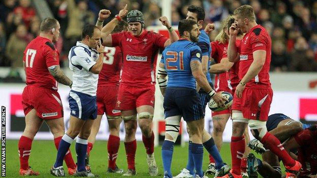 Wales players celebrate victory over France