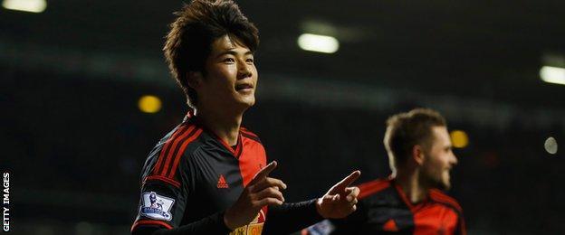 Ki Sung-yueng celebrates scoring at Tottenham