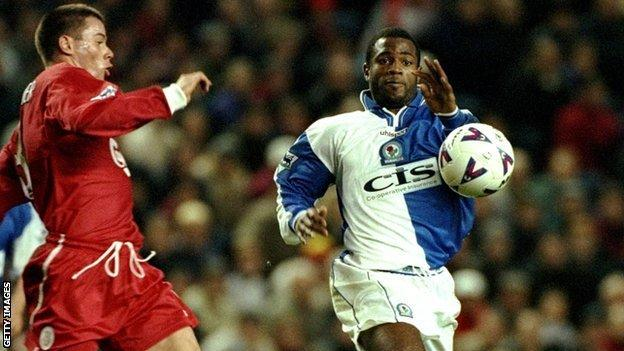 Nathan Blake (r) races to ball with Liverpool's Jamie Carragher