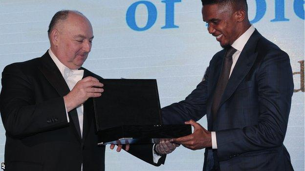 Samuel Eto'o receives his award