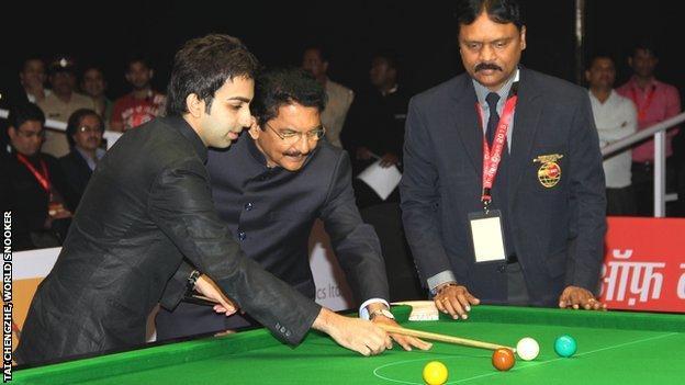 Indian snooker player Pankaj Advani gives some tips to The Honourable Governor of Maharashtra, Ch Vidyasagar Rao ji, and Capt PVK Mohan (right), president of the BSFI
