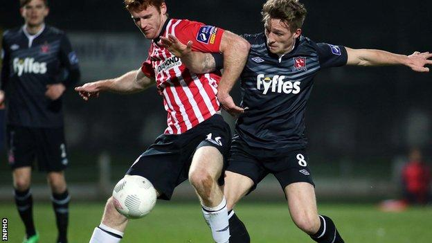 Derry's Sean Houston holds off Dundalk midfielder John Mountney