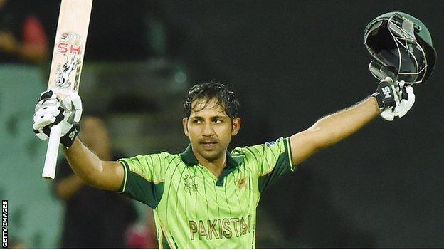 Sarfraz Ahmed celebrates his century