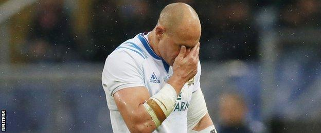Sergio Parisse trudges off holding his face in his hands