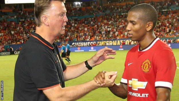 Ashley Young (r) and Louis van Gaal