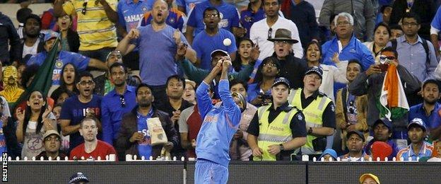 Shikhar Dhawan juggles the ball but takes the catch to dismiss Bangladesh batsman Mahmudullah