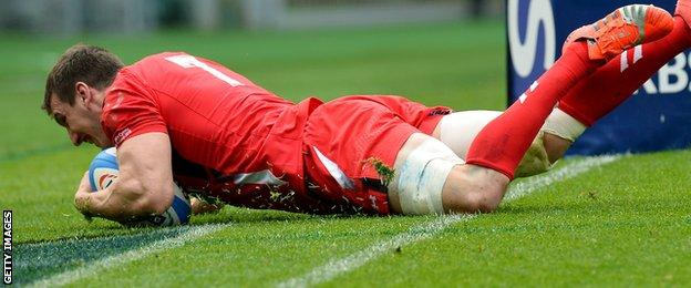 Wales skipper Sam Warburton scores against Italy