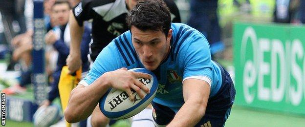 Leonardo Sarto scores a late try against Wales