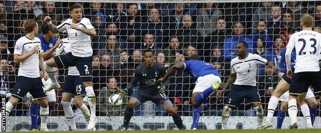 Leicester defender Wes Morgan heads in against Tottenham