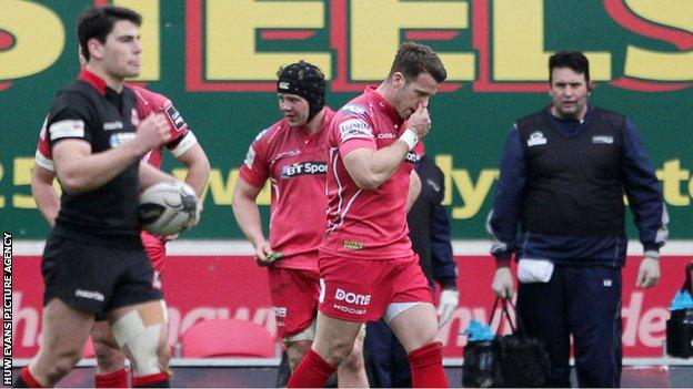 Gareth Davies troops off after being sent-off against Edinburgh