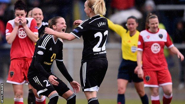 Jana Lober (middle) celebrates Frankfurt goal