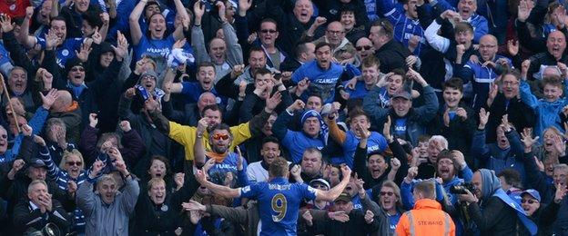 Jamie Vardy celebrates in front of the Leicester fans