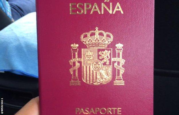 Wellington Silva tweets a picture of his new Spanish passport