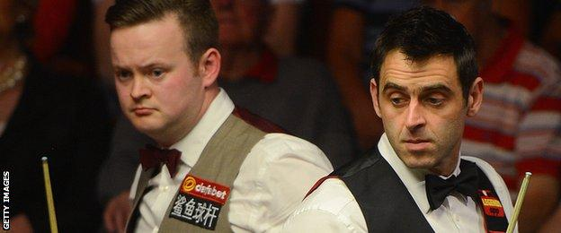 Shaun Murphy and Ronnie O'Sullivan look at the table during their World Championship meeting in 2014
