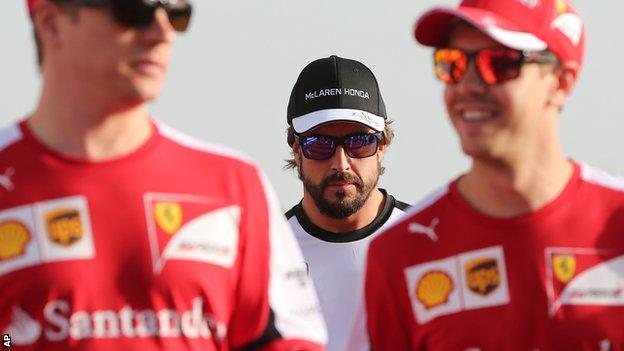 Fernando Alonso (centre)