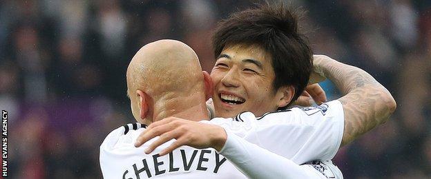 Jonjo Shelvey and Ki Sung-yueng celebrate against Stoke