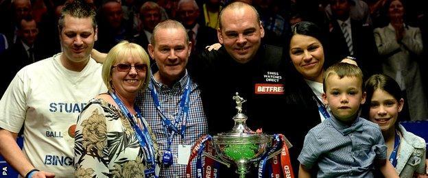Stuart Bingham celebrates with his family