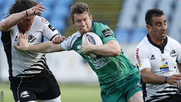 Matt Healy holds off Mauro Bergamasco to score a try for Connacht against Zebre