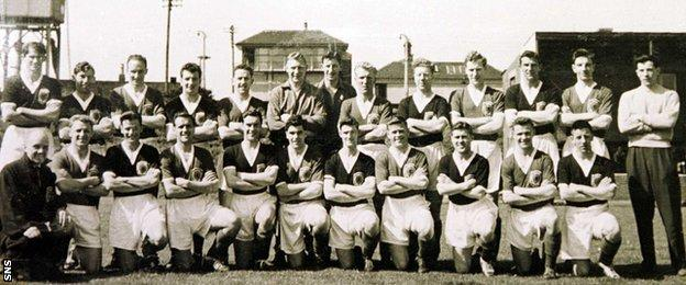 John Hewie with the Scotland squad to play Yugoslavia at the 1958 World Cup