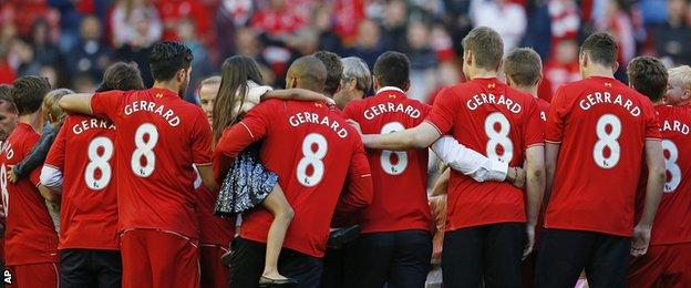 Liverpool players wearing Gerrard shirts