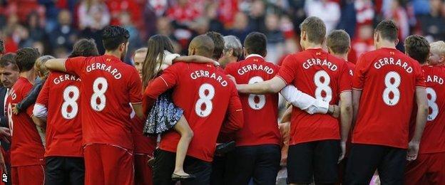 Liverpool players wear Gerrard T-shirts