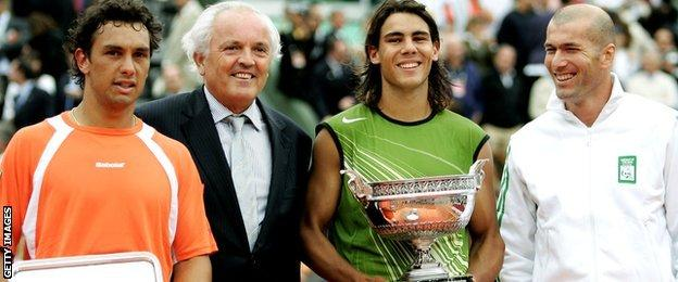 Rafael Nadal (2nd right) poses with the winner's trophy with runner up Mariano Puerta (left), Zinadine Zidane (right) and Christian Bime