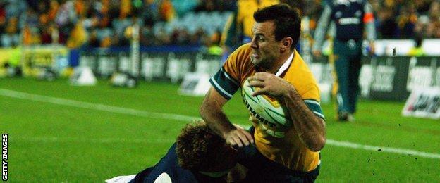 Joe Roff scores for Australia against Scotland