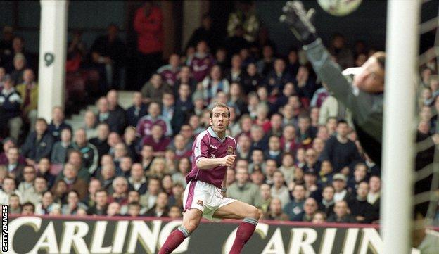 Paolo Di Canio playing for West Ham in 2000