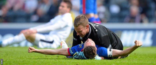 Graeme Shinnie celebrates with goalkeeper Ryan Esson at full-time