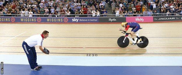 Bradley Wiggins breaks hour record