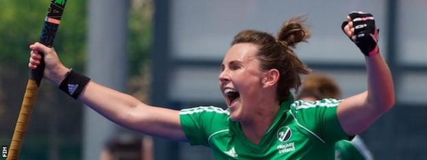 Nikki Evans scored a hat-trick in Ireland's 4-1 win against South Africa