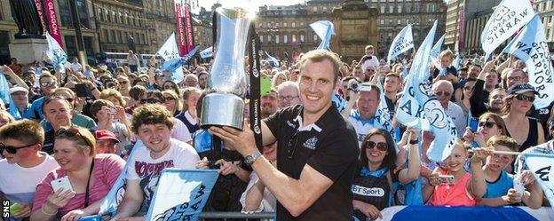 Al Kellock shows the Pro12 trophy to Glasgow fans