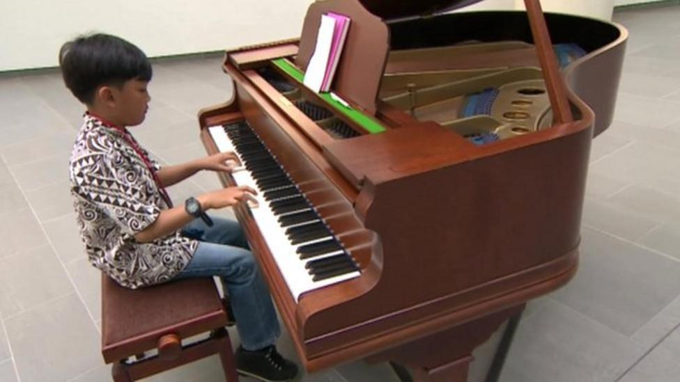 Ten-year-old pianist plays to patients