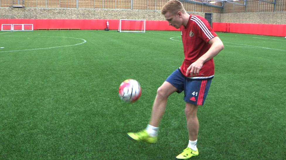 Sunderland S Duncan Watmore Takes Quiz While Doing Keepy