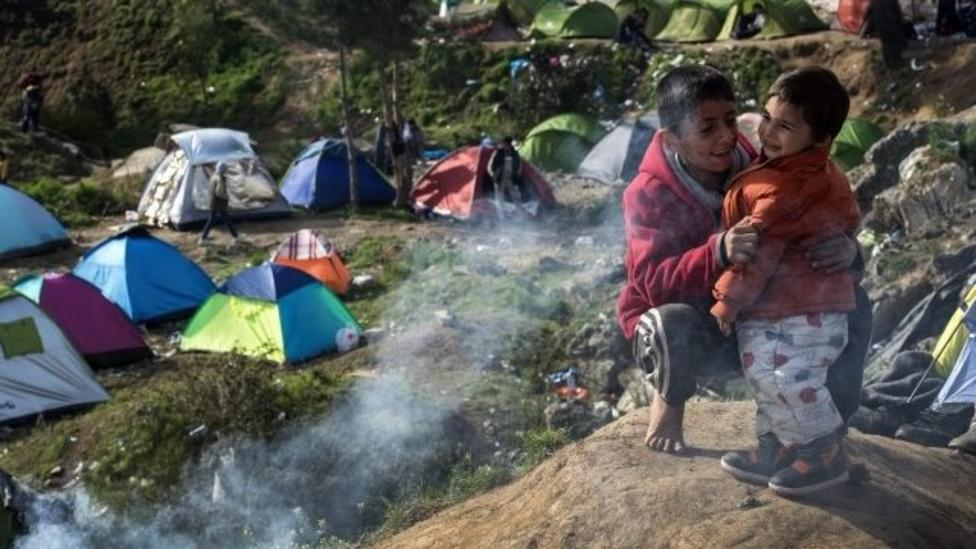 Thousands of refugees wait at Greek border