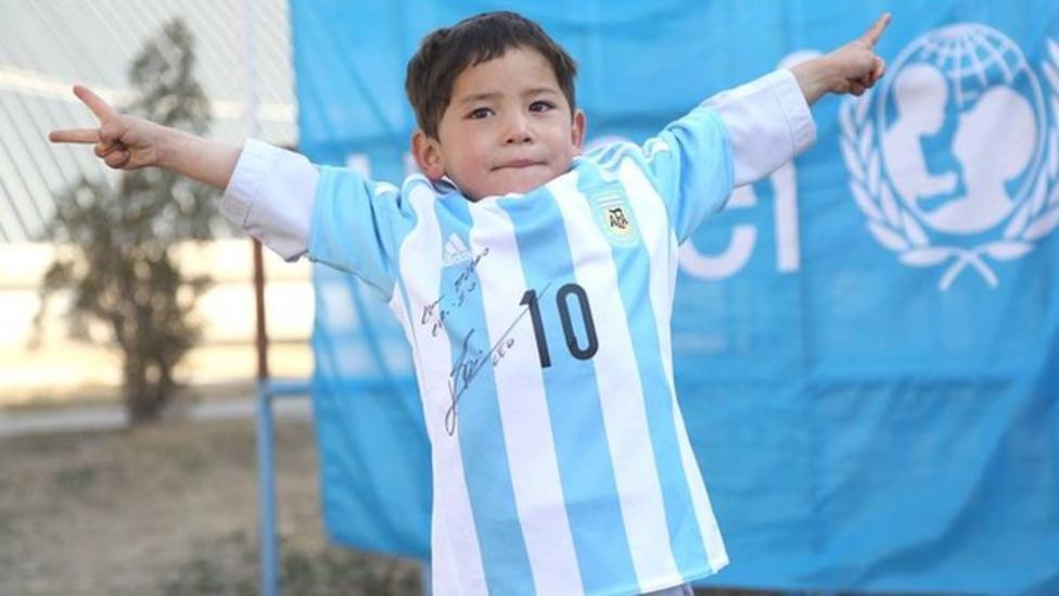 Afghan football fan gets Messi shirt