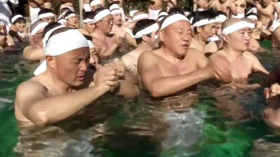 Hundreds take Tokyo ice bath