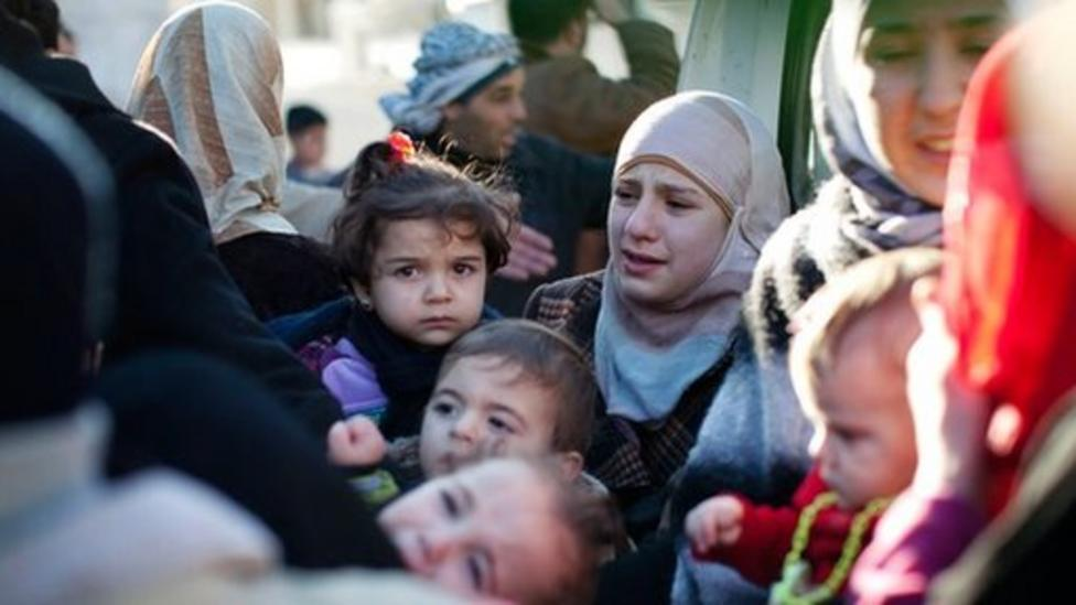 Thousands of refugees flee Syria