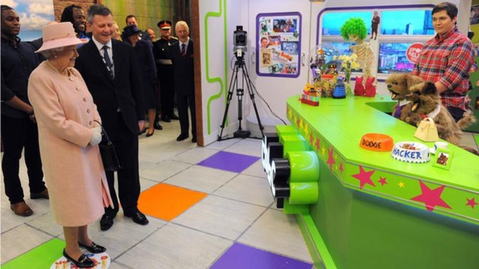 Queen opens BBC MediaCityUK base
