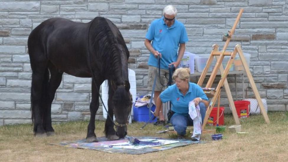 Arty horse paints pictures
