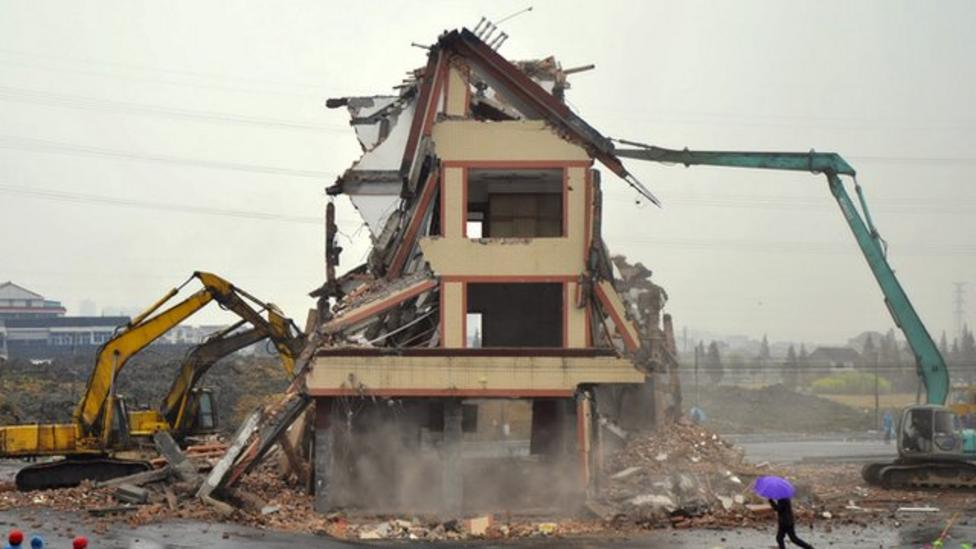 Video: Farmer's house in China destroyed
