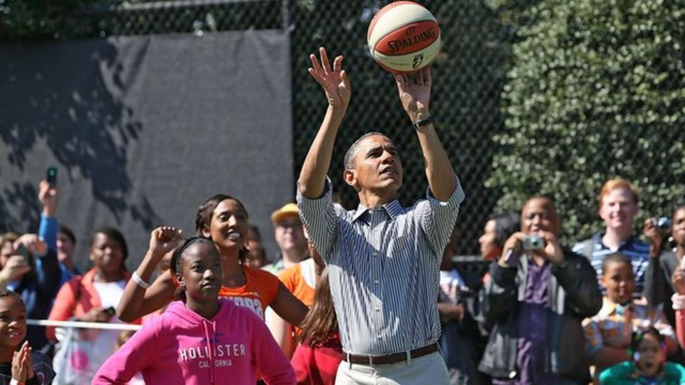 Video: Obama's basketball blunder